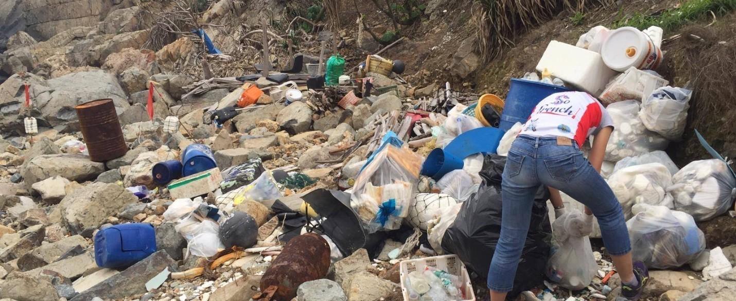 Sous les déchets la plage