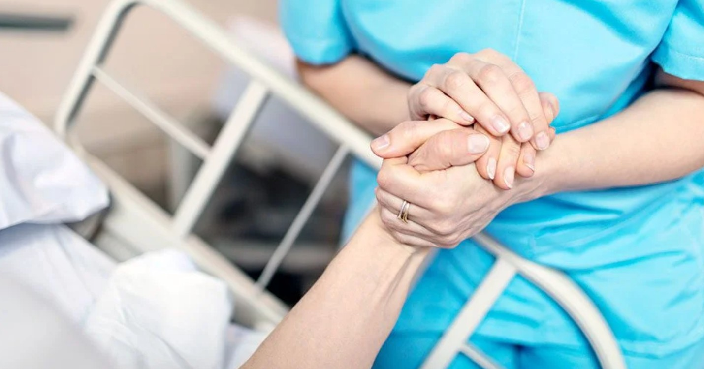 Les visites dans les hôpitaux bientôt autorisées, la Chine met en cause la «loyauté» de Chloe Zhao