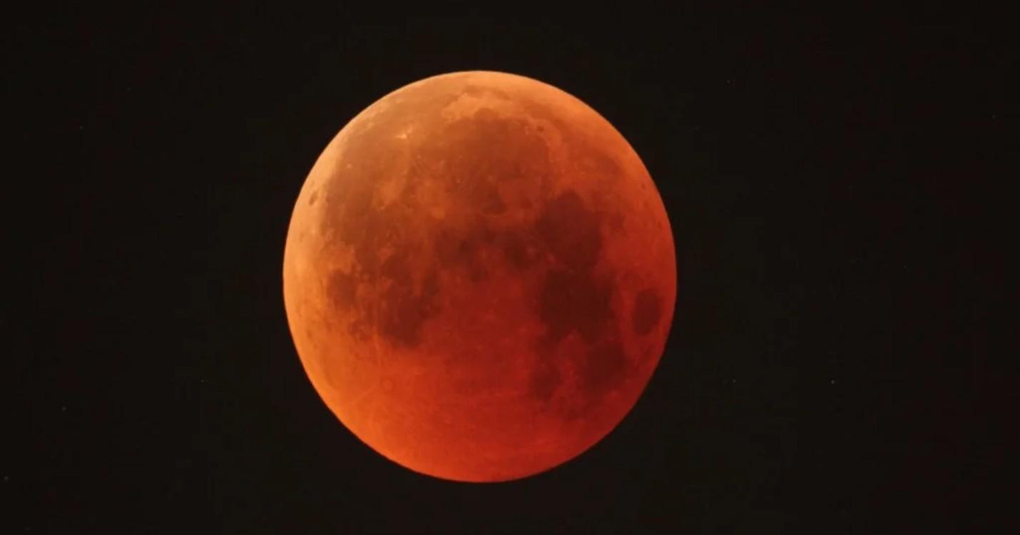 Éclipse totale de lune à Hong Kong le 26 mai, exposition photos du photographe Ludovic Perrin