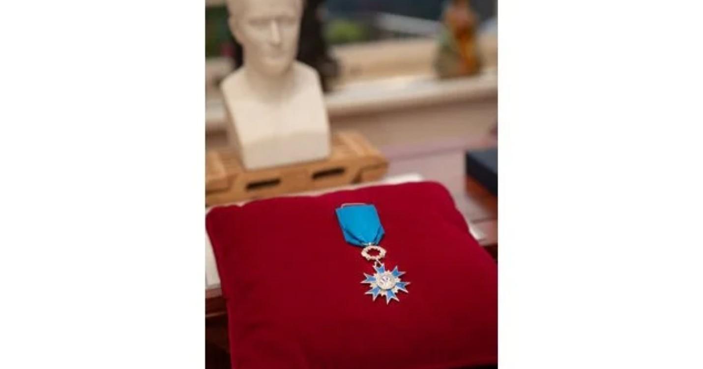 Eva Yu, PDG de L'Oréal Hong Kong, décorée des insignes de Chevalière dans l'Ordre national du Mérite